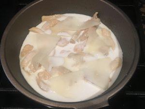 cuando está hecho el pollo añadimos un poco de nata y unos trozos de queso cortados muy finos para que se funda