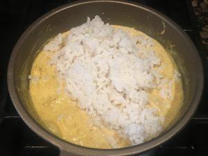 Añadimos el arroz ya hervido y mezclamos.
